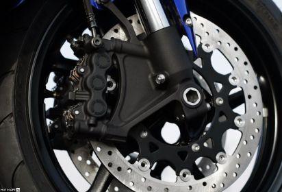 Yamaha YZF-R1 2007 - радиальные 6-поршневые тормоза. Мощные машинки!