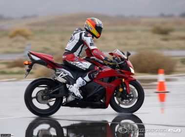 Honda CBR600RR 2009, предельное торможение - мотоцикл стабилен