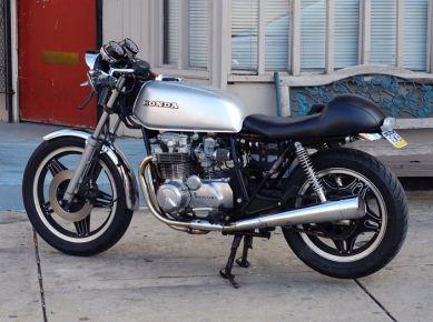 Honda CB650 1979. Короткий бак, веяние 70-х, соседствует с одноместным седлом и низкими клипонами