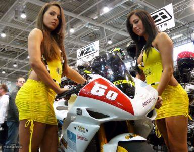 Yamaha R1 в окружении красивых девушек на стенде команды Racing Pig.