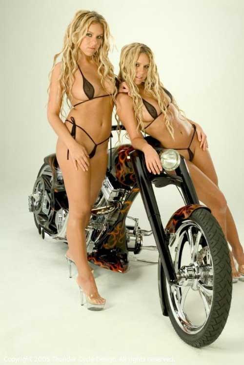Девушки в бикини и мотоциклы